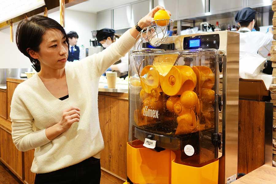 搾りたてオレンジジュース600円は、オレンジ4つを自分で機械に入れて楽しめる