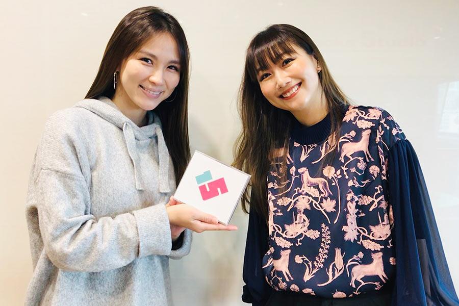FM OH!『LOVE FLAP』にゲスト出演した大塚 愛(右)、左はDJの赤松悠実