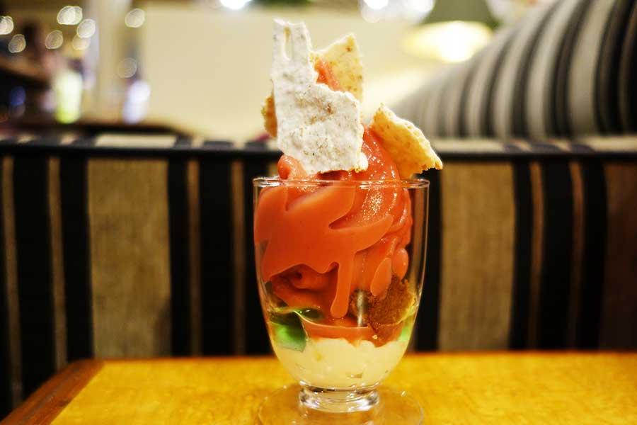 「地中海漂う青海のある柑橘系の香り」のパフェ、サクサクのメレンゲ、プルンとしたゼリー、しっとりしたブラウニーなど様々な食感が楽しめる