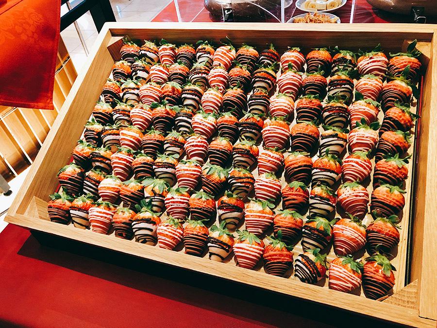 チョコレートでコーティングされたフレッシュいちごは、木箱にイン