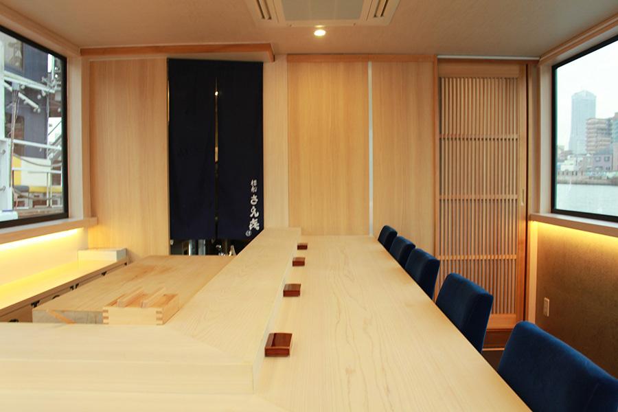 非日常空間で、寿司職人が目の前で握る寿司とアテを楽しめる