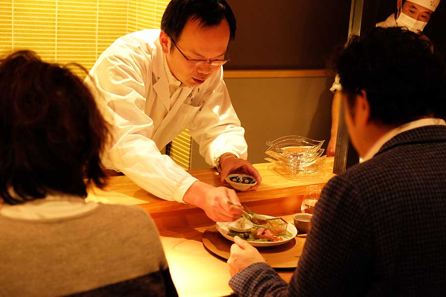 左嵜謙祐さんが、目の前で仕上げてくれるカウンター席