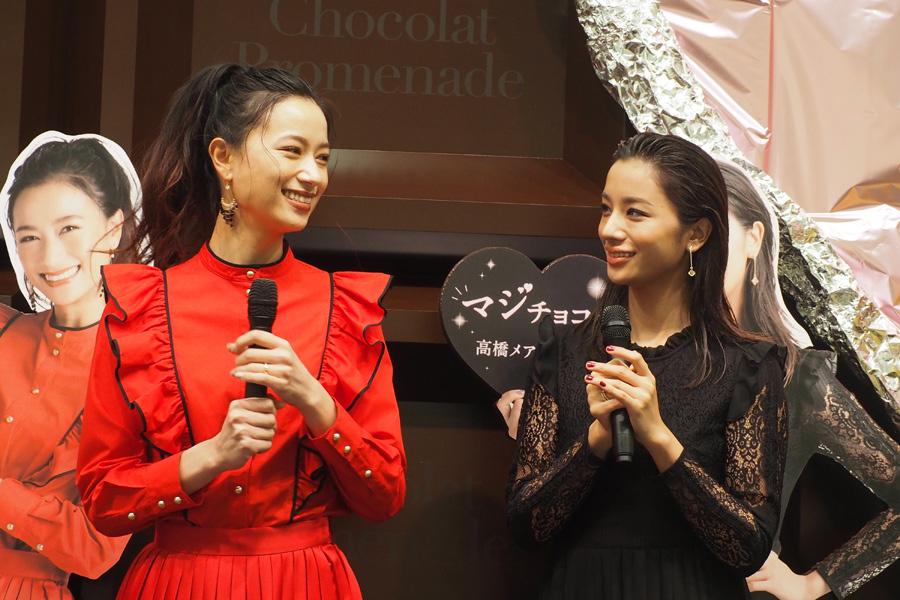 姉妹でバレンタインの思い出トークを繰り広げた高橋メアリージュン(右)と高橋ユウ(29日・大丸神戸店)