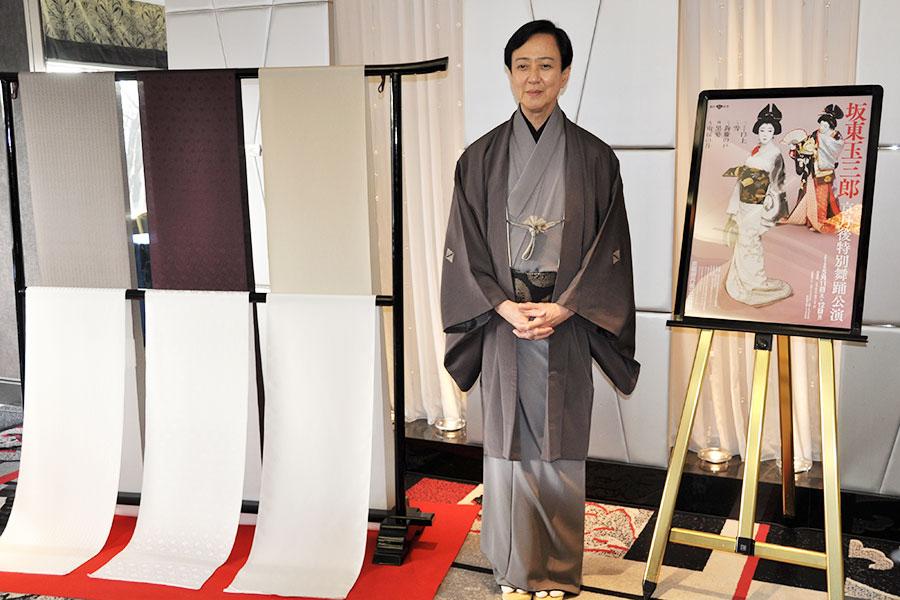 坂東玉三郎が特別舞踊公演を開催。左が開催地・京都府京丹後市の名産である絹織物・丹後ちりめん
