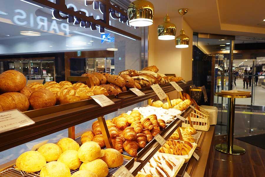 発酵バターを使用したクロワッサン216円、オリジナルの小麦粉を使ったバゲットモンジュ303円などが並ぶ