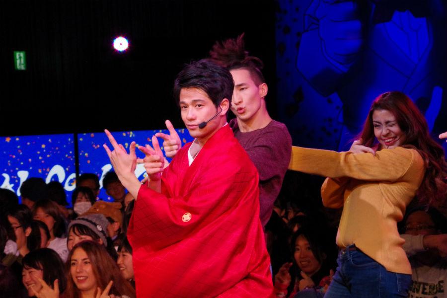 セーラームーンの決めポーズをとる森崎ウィン(17日・ユニバーサル・スタジオ・ジャパン)