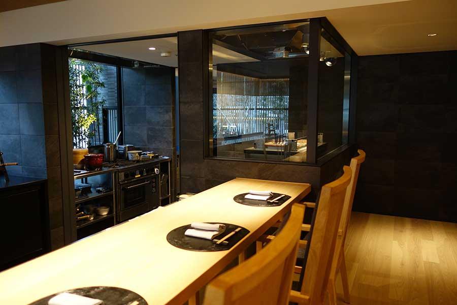 和食のカウンター席、料理人と相談しながらメニューをオーダーできる