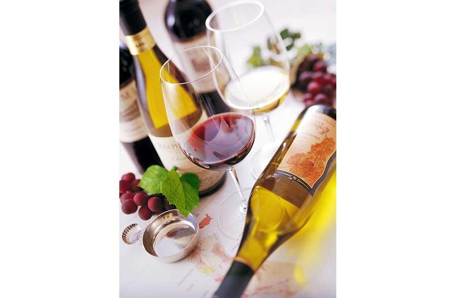 300種を試飲でき、高価な有料ワインも。ベネンシア体験もおこなわれる