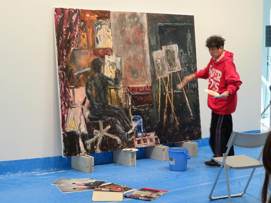 未完成の公開制作作品は「横尾忠則現代美術館」2階展示室で見ることができる