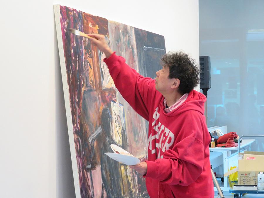 1月26日の展覧会初日に公開制作がおこなわれ、大勢の観客が詰めかけた。この作品は2階展示室で見ることができる