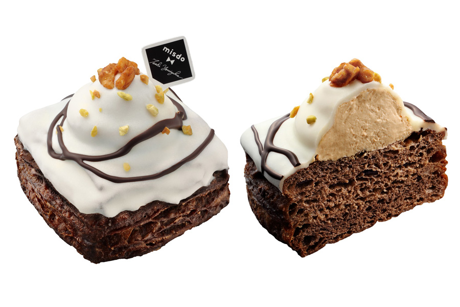 アーモンドクッキー生地とショコラベーグル生地を重ね合わせたザクザク食感の生地に、キャラメルホイップを絞り、ホワイトチョコでコーティング。仕上げに、チョコレート、飴がけクルミとピスタチオをトッピングした「クリスプショコラ ホワイトキャラメル」(216円)