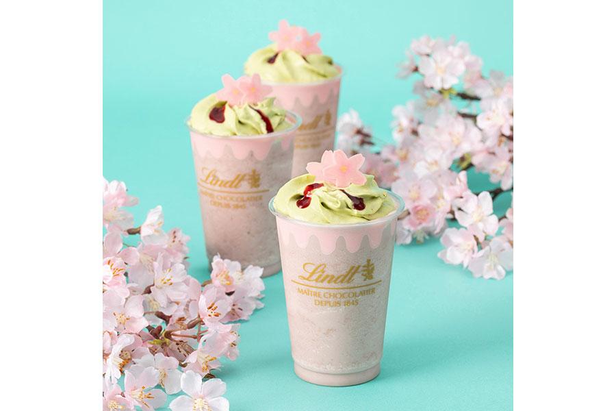 春らしいトッピングもかわいい「リンツ ホワイトチョコレート サクラ アイスドリンク」(772円)