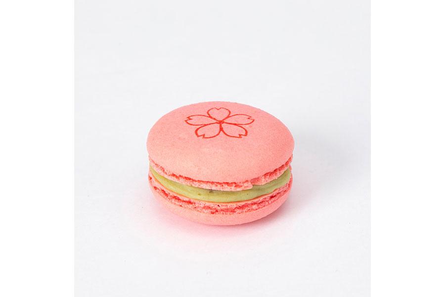 塩漬け桜葉入りのホワイトチョコガナッシュをサンドした「リンツ デリース サクラリーフ」(1個302円)