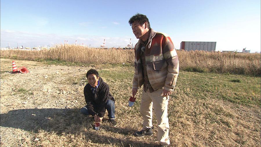 スコップを手に持ち、夢洲で、大阪府知事と大阪市長にメッセージをおくる浜田雅功(左)と赤井英和(右) 画像提供:MBS