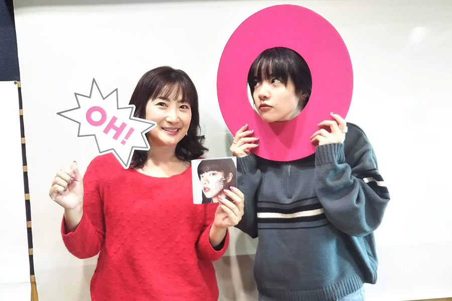 FM OH!『Marche Coucou』にゲスト出演したあいみょん(右)。左はDJの珠久美穂子(27日・大阪市内)