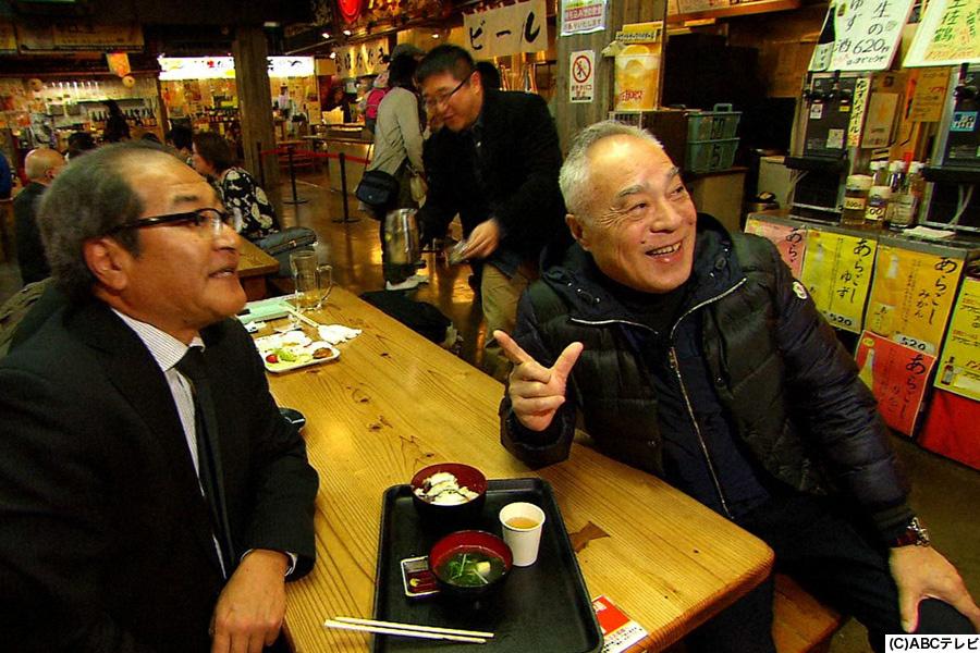 「ひろめ市場」で相席する西川のりお(右)