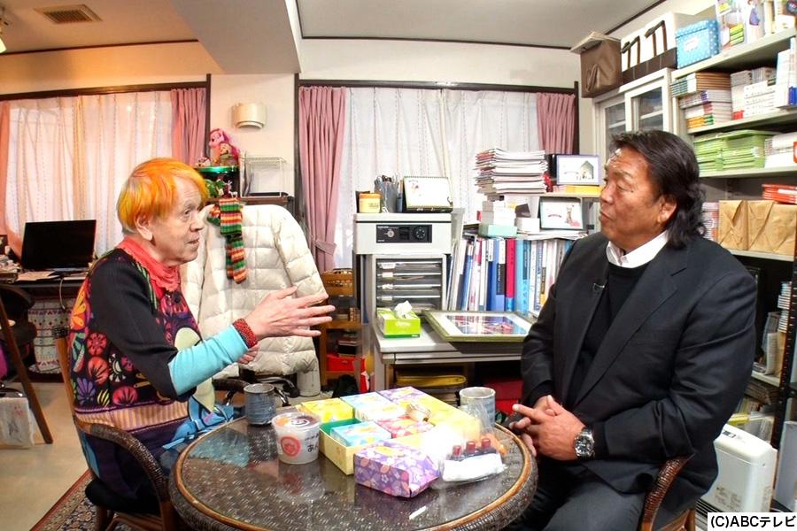 志茂田景樹の自宅で対談する志茂田(左)と長州力