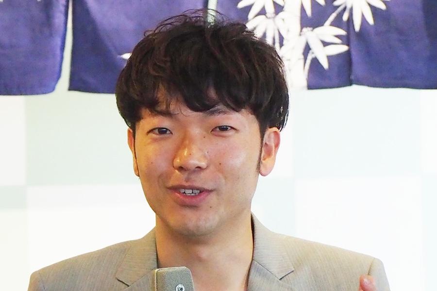ABC塚本アナウンサーとの結婚を発表したアキナ・秋山賢太(2018年4月撮影)
