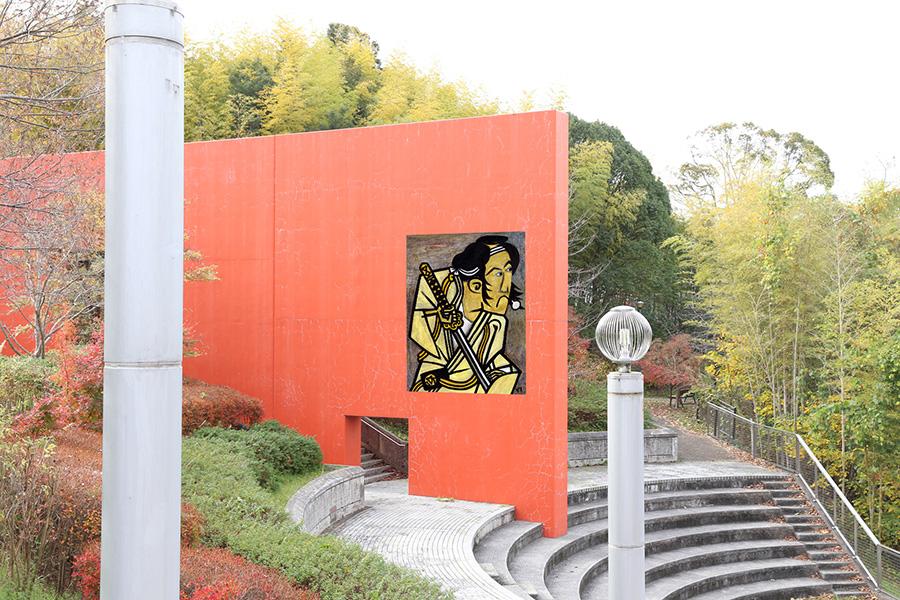奈路道程作品(作品名検討中)の設置イメージ。オリジナルは、東洲斎写楽《二世坂東三津五郎の石井源蔵》。設置場所は宮之上公園 オレンジ壁(東面)