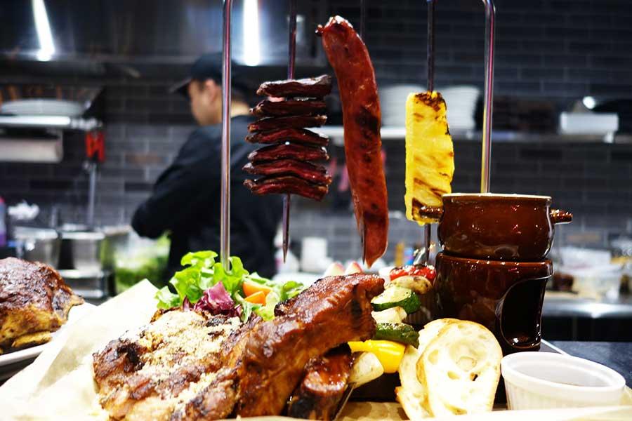 「ブラストバーベキューコンボ」など肉のほか、ポテトサラダ、コールスロー、チーズ盛り合わせなども