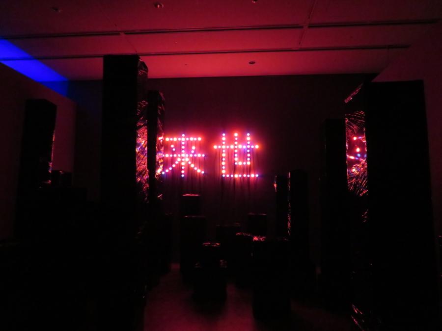 《黒いモニュメント、来世》 2018年 厚紙、セロファン、ソケット、LED電球 作家蔵 本展のために制作された作品。観客は現代的なビル群とも、墓地とも取れる空間をさまよう