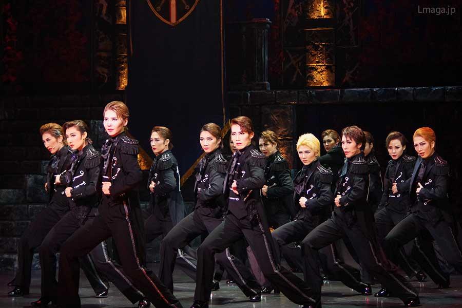 激しいダンスが繰り広げられるフィナーレの群舞では、宙組男役の層の厚さも感じさせた