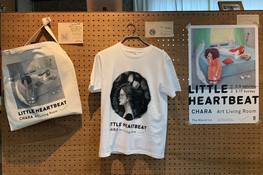 同ホテルでの展示のために描き下ろされたイラストのTシャツやトートバッグ