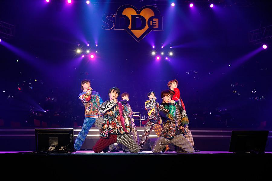 大人っぽい表情で魅せる超特急(23日・大阪城ホール)写真:LIVE SDD 2019 official Photo