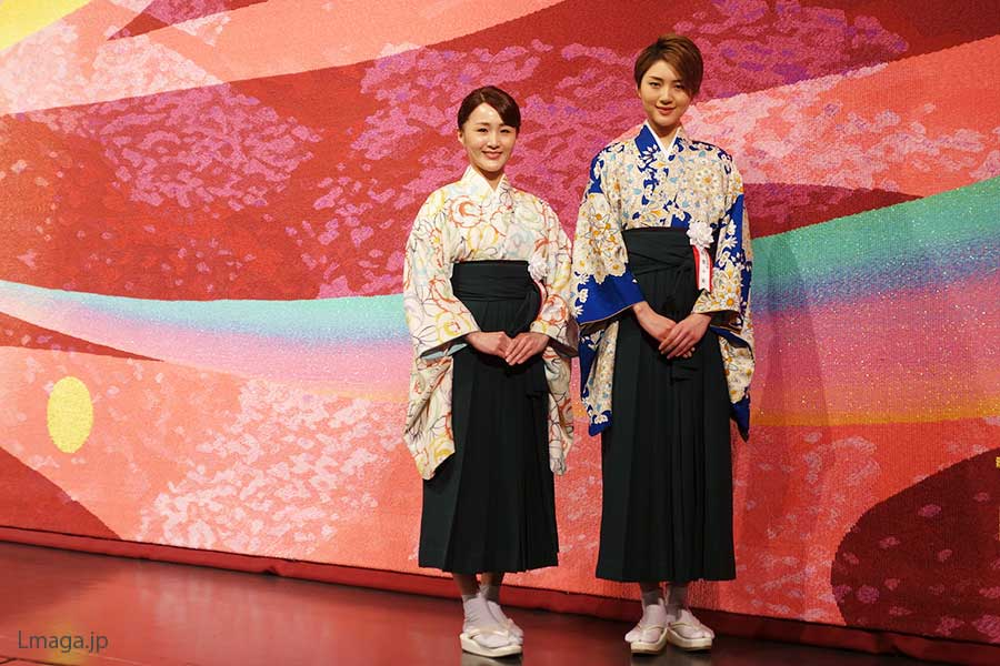 新しい緞帳の前で、左から花音舞、芹香斗亜
