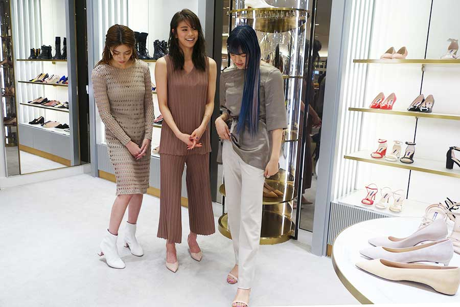 写真左から、楓、佐藤晴美、須田アンナ。セレブから絶賛される履き心地を試し、「何も履いていないみたい」とコメント