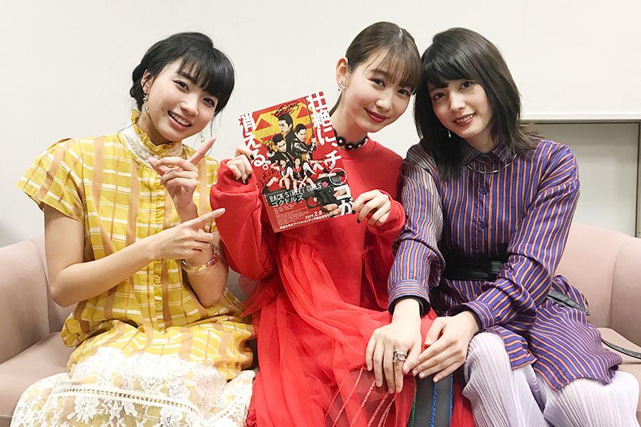 左から、坂ノ上茜、岡本夏美、松田るか(サイン入りチラシは読者プレゼントに)