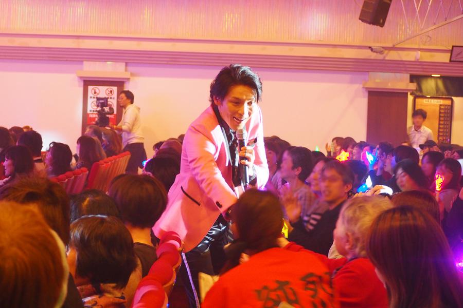ファンに声をかけられながら握手する白川裕二郎。なかには涙を流すファンも