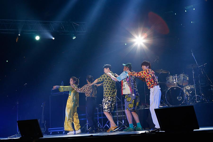 5人連なって登場したジェニーハイ(23日・大阪城ホール)写真:LIVE SDD 2019 official Photo