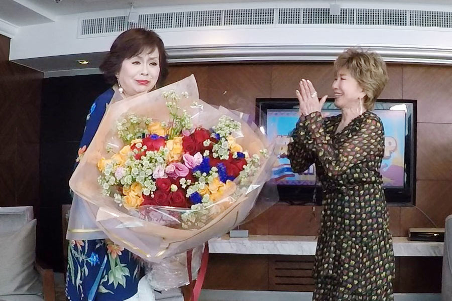 ゲストの十朱幸代から、1000回放送を祝う花束を受け取る上沼恵美子