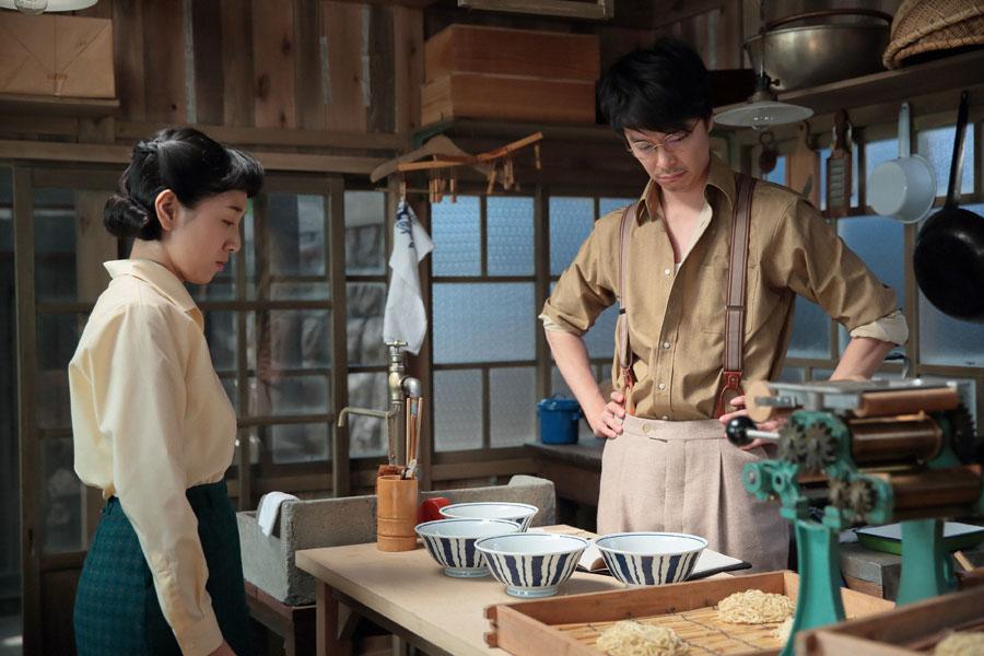 時間を変えて麺を干したが失敗し、落ち込む萬平(長谷川博己)と福子(安藤サクラ)