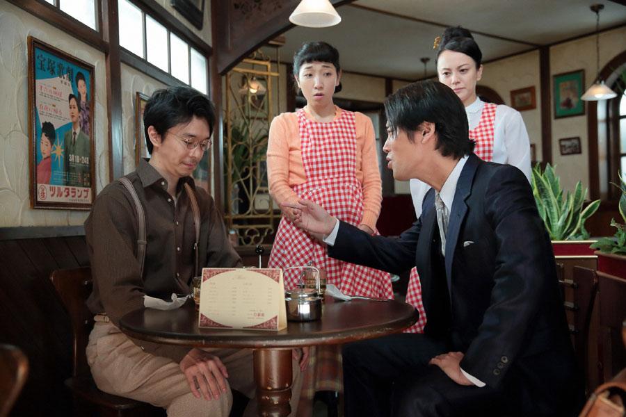 世良(桐谷健太)から「即席ラーメンを欲しがっている人はいない」と突きつけられる萬平(長谷川博己)