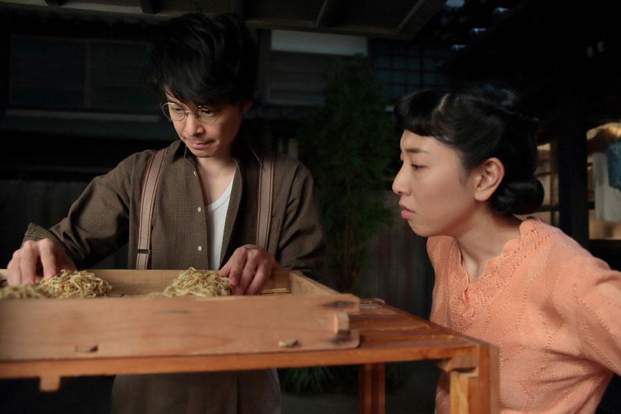 蒸した麺を陰干しし、乾いた状態を確認する福子(安藤サクラ)と萬平(長谷川博己)