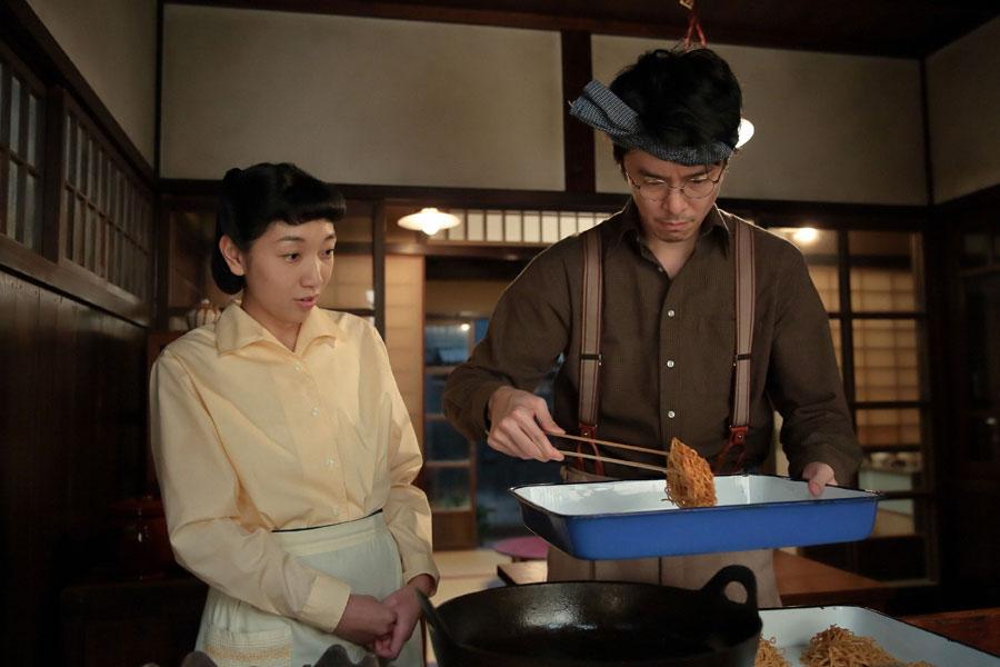油のなかから揚げた麺を上げる萬平(長谷川博己)