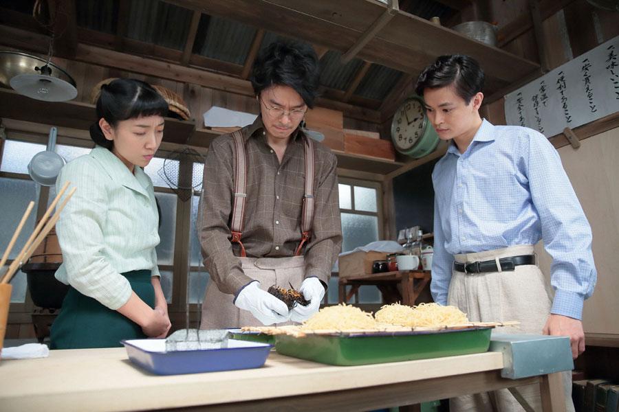 黒く焦げた麺を割る福子(安藤サクラ)、萬平(長谷川博己)、神部茂(瀬戸康史)