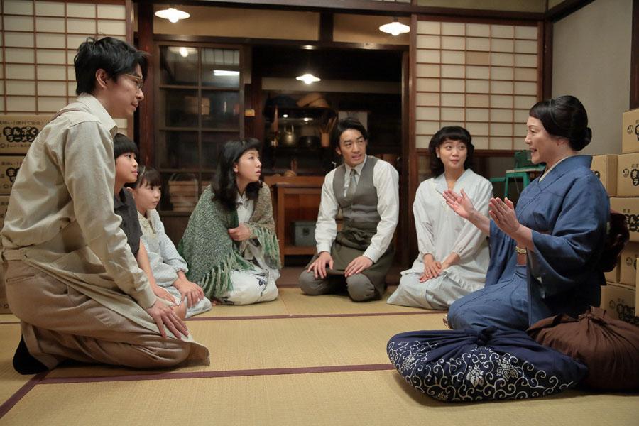 立花家に住んで一緒にラーメン作りを手伝うという鈴(左・松坂慶子)