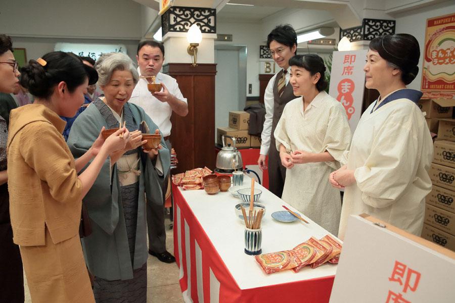 お客さんに試食を配る福子(安藤サクラ)、萬平(長谷川博己)、鈴(松坂慶子)