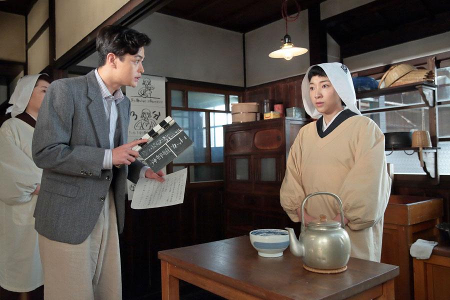 緊張でガチガチの福子(安藤サクラ)にコマーシャル撮影の流れを説明する神部(瀬戸康史)