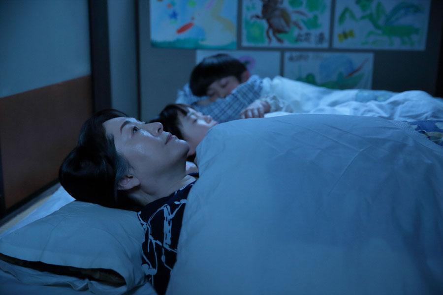 問屋からの注文がたくさん入り始め、これからの忙しさを考えると眠れない鈴(松坂慶子)