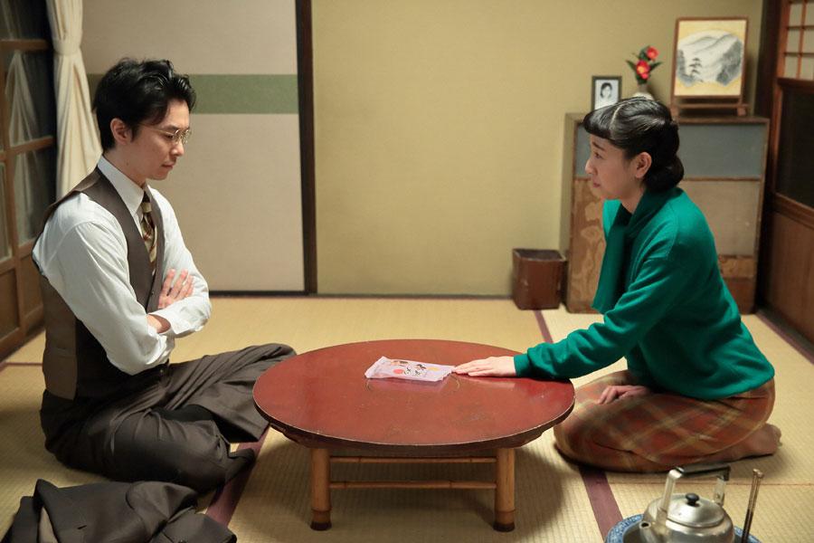 「まんぷくラーメンのひとり勝ちだ」と喜ぶ萬平(左・長谷川博己)に、本当にそれで良いのか尋ねる福子(安藤サクラ)