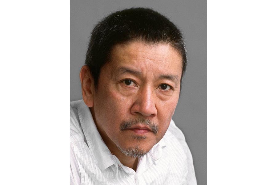 奥田瑛二。妻がエッセイスト・安藤和津、長女が映画監督・安藤桃子、次女が安藤サクラと芸能一家。