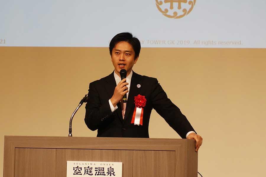新しい温泉テーマパーク「空庭温泉 OSAKA BAY TOWER」の記者会見に登壇した、吉村洋文市長