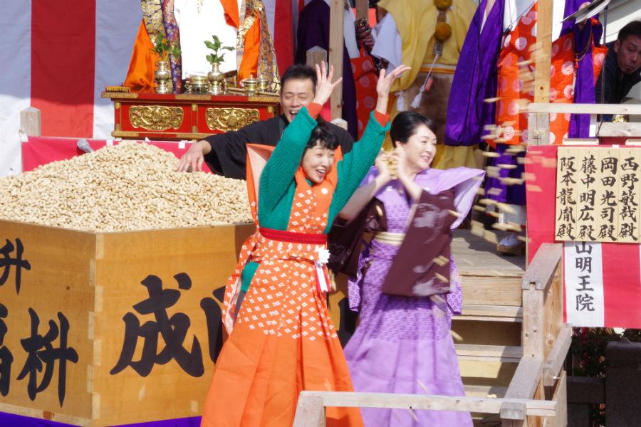 成田山不動尊の節分祭で豆まきをおこなった安藤サクラと松坂慶子