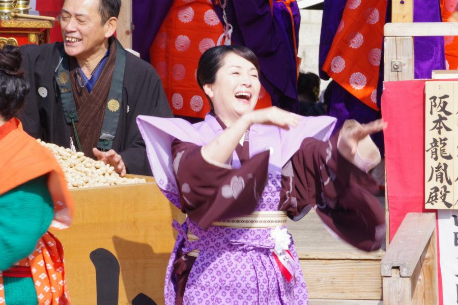 成田山不動尊の節分祭で豆まきをおこなった松坂慶子(3日・成田山不動尊)