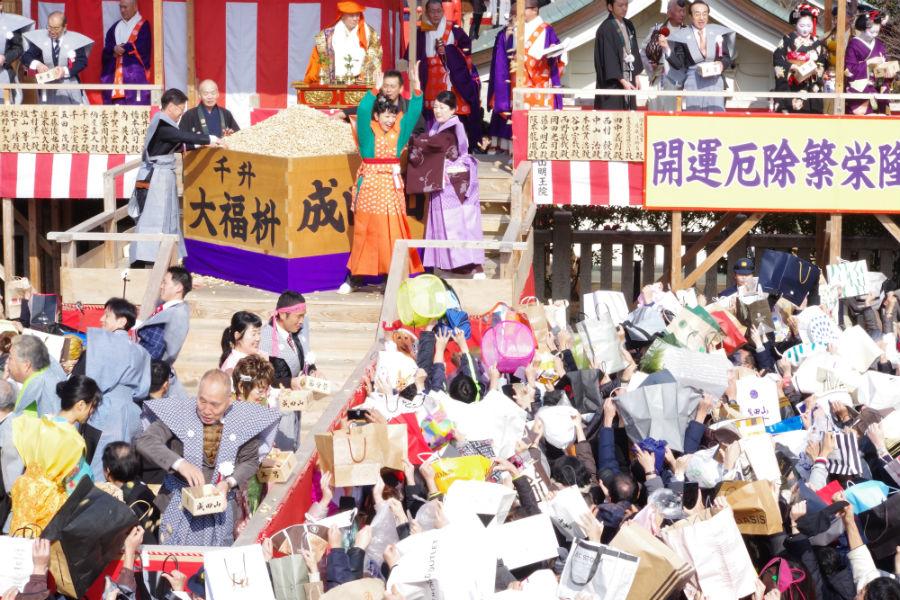 成田山不動尊の節分祭で豆まきをおこなった安藤サクラと松坂慶子ら(3日・成田山不動尊)