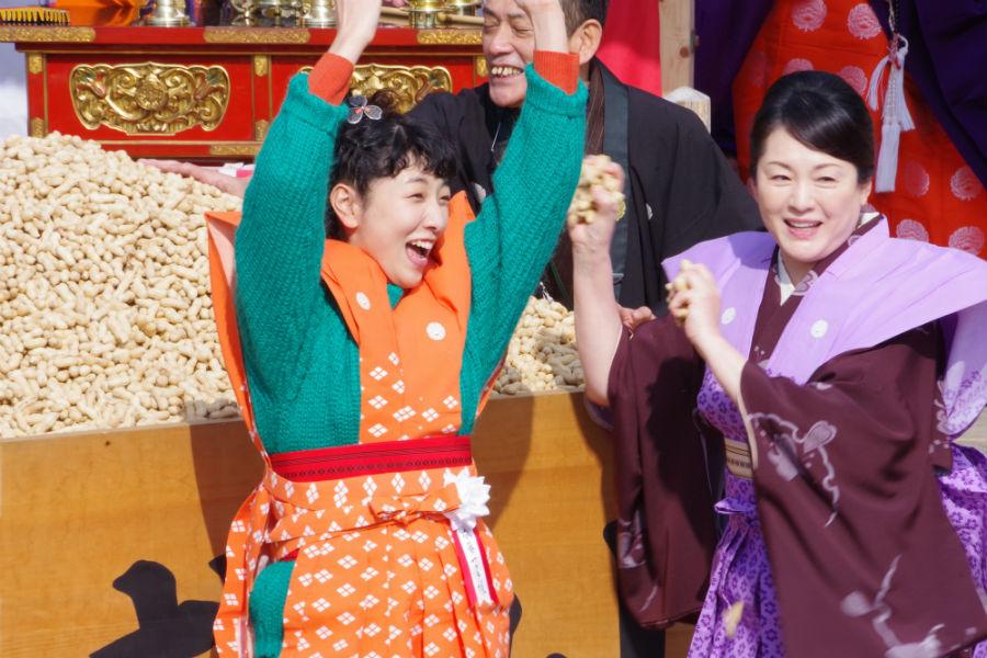 成田山不動尊の節分祭で豆まきをおこなった安藤サクラと松坂慶子(3日・成田山不動尊)